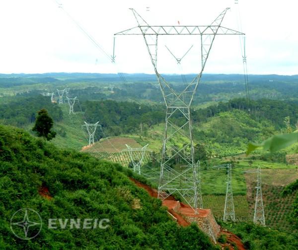 Đường dây 500 kV Bắc - Nam mạch 2 (Ảnh: Ngọc Hà - TTXVN)