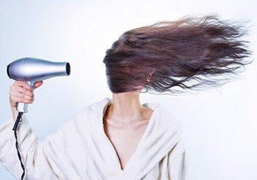 Máy sấy tóc thổi độc tố vào mặt người dùng