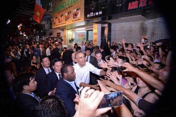 Obama-than-thien-bat-tay-nguoi-dan