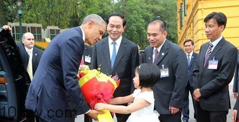 Tổng thống Obama được bé gái tặng hoa trong lễ chào đón