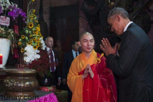 Tổng thống Obama thắp hương tại chùa Ngọc Hoàng
