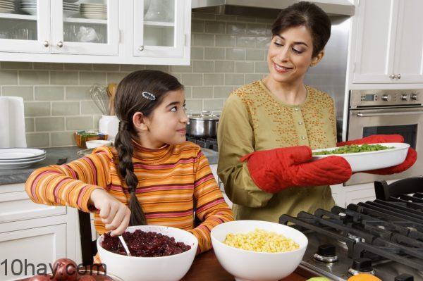 Giúp đỡ mẹ làm việc nhà