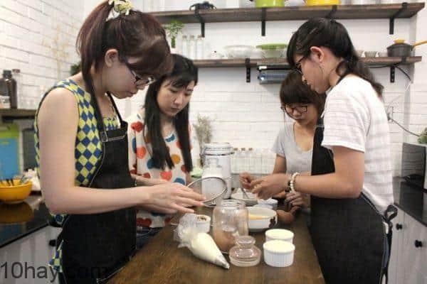 Khách tự làm bánh kem tại quán coffee