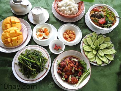Mâm cơm trưa giàu chất dinh dưỡng với nhiều rau xanh