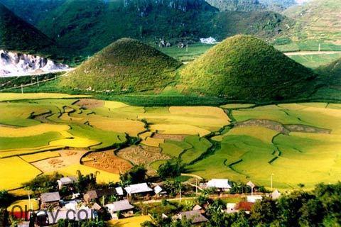Núi đôi Quản Bạ đứng sừng sững giữa thiên nhiên
