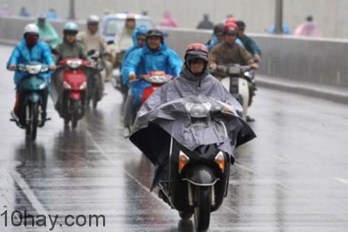Chạy xe an toàn chậm khi trời mưa