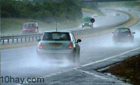 Chạy xe giữ khoảng cách an toàn với xe phía trước