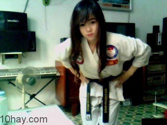 Nữ sinh xinh đẹp và đồng phục Karate đai đen