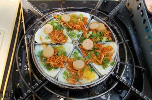 bánh trứng cút nướng xúc xích
