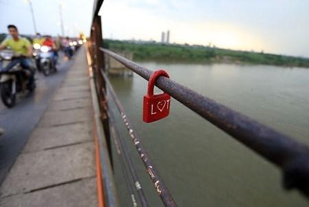Những chiếc khóa tình yêu nơi cầu Long Biên