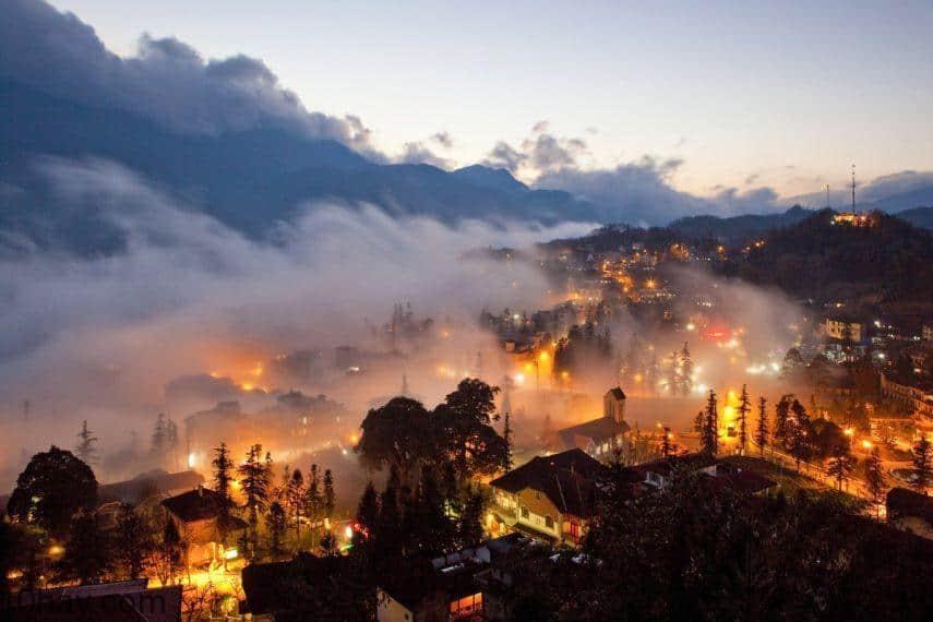 Khung cảnh của Thị trấn Sa Pa về đêm với sương mù bao phủ.