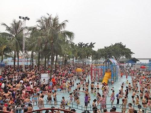 Hồ bơi đông người