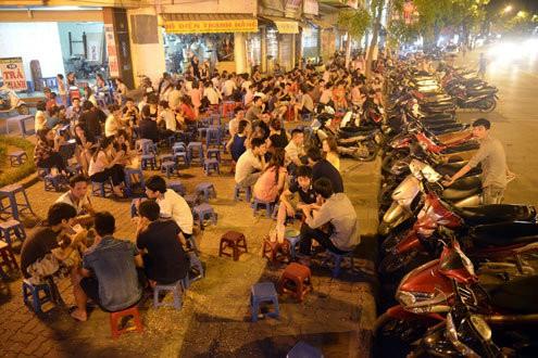vỉa hè Việt Nam tràn ngập mùi bia rượu