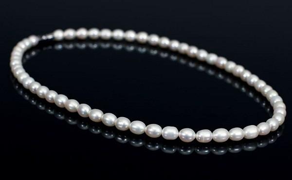 Ngọc trai được xâu thành chuỗi làm đồ trang sức