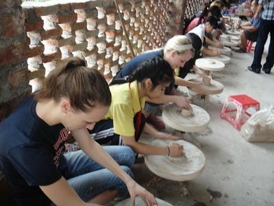 Khách du lịch thử tài nặn gốm ở Bát Tràng
