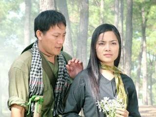 Hai nhân vật Trung và Cúc trong phim Dòng sông phẳng lặng