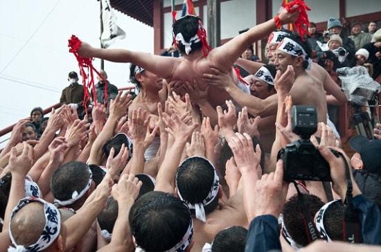 Những người đàn ông trong lễ hội Hakada
