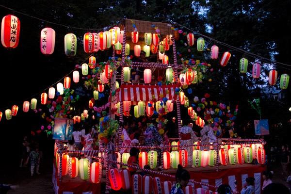 Mọi người nhảy múa trong lễ hội Obon