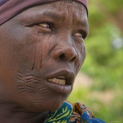 Mặt người phụ nữ đầy vết rạch theo tục lệ ở Nigeria