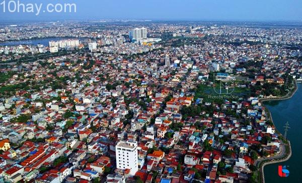 Hải Phòng là thành phố cảng quan trọng, trung tâm công nghiệp, cảng biển lớn nhất phía Bắc Việt Nam, đồng thời cũng là trung tâm kinh tế, văn hoá, y tế, giáo ..