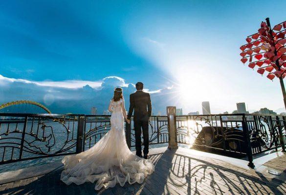 Bức ảnh cưới được thực hiện ở cầu tình yêu Đà Nẵng