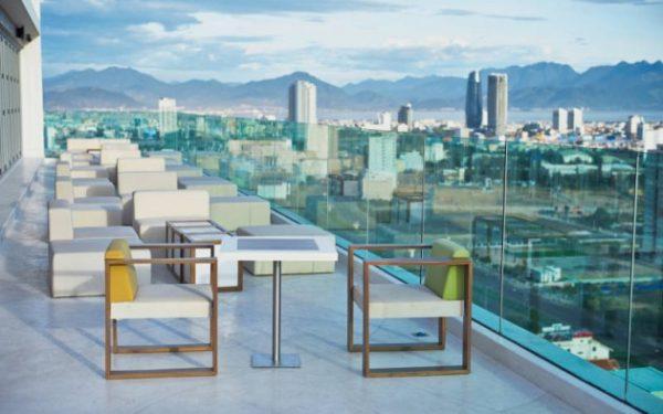 Từ không gian của quán, bạn có thể quan sát được thành phố biển xinh đẹp.
