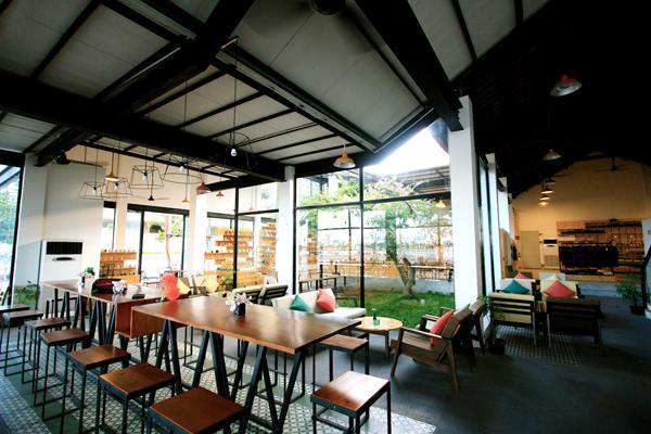 Không gian hiện đại của Souvenirs Cafe