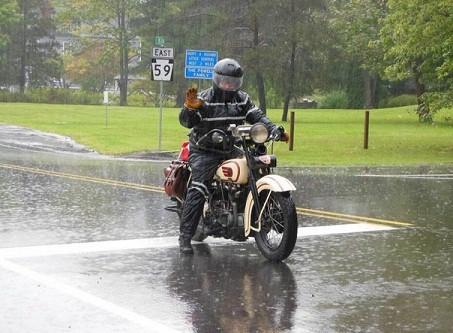 Lái xe ngày mưa bão