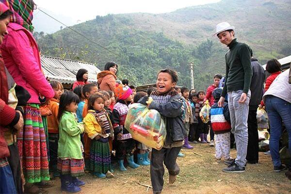 Niềm vui của trẻ em nghèo huyện Mường Lát (Thanh Hóa) khi nhận quà của nhóm từ thiện