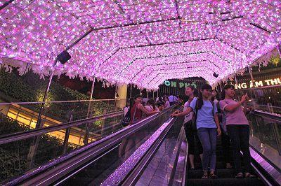 Con đường ngập ánh đèn ở Aeon Mall Long Biên