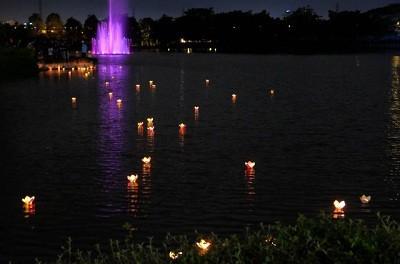 Thả đèn hoa đăng trong dịp Trung thu tại Hồ Bán Nguyệt Hà Nội