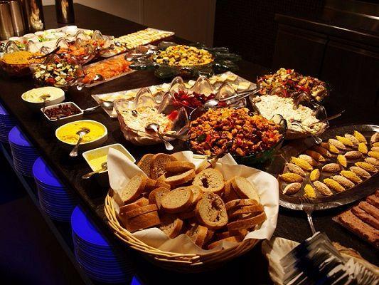 Dịch vụ ăn uống luôn đông khách vào ngày lễ