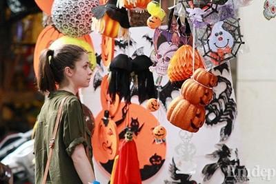 Giới trẻ mua đồ Halloween ở Hàng Mã