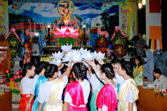 Múa hoa sen mừng ngày Phật Đản