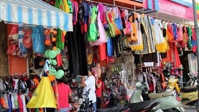Các cửa hàng lưu niệm trên phố Nghĩa Tân cũng bán đồ Halloween rất phong phú