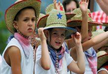 Trang phục có màu lá cờ Tổ quốc của các trẻ em Mỹ