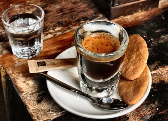 Uống cà phê vào bữa sáng
