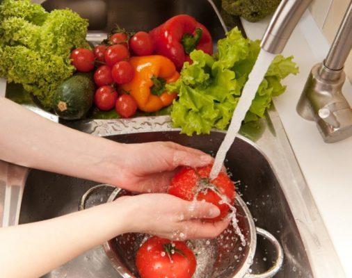 Rửa sạch và ngâm muối đối với trái cây và rau quả trước khi ăn