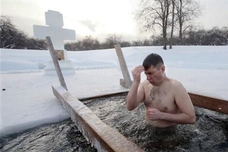 Lễ hội tắm băng ở Petersburg – Nga