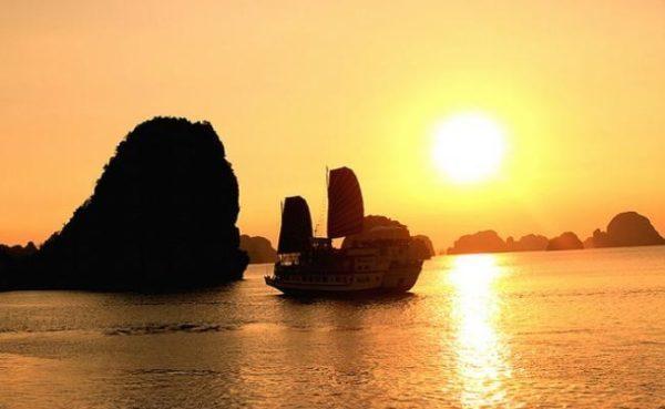 Vịnh Hạ Long- địa điểm trăng mật với vẻ đẹp huyền sử
