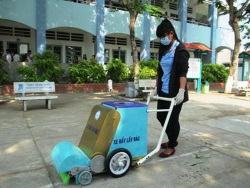 Chiếc xe đẩy hỗ trợ đắc lực cho công nhân vệ sinh