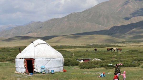 Kyrgyzstan, tên chính thức Cộng hoà Kyrgyzstan, là một quốc gia tại Trung Á. Nằm kín trong lục địa và nhiều đồi núi, nước này giáp biên giới với Kazakhstan ở phía bắc, Uzbekistan ở phía tây, Tajikistan ở phía tây nam và Cộng hoà Nhân dân Trung Hoa ở ...
