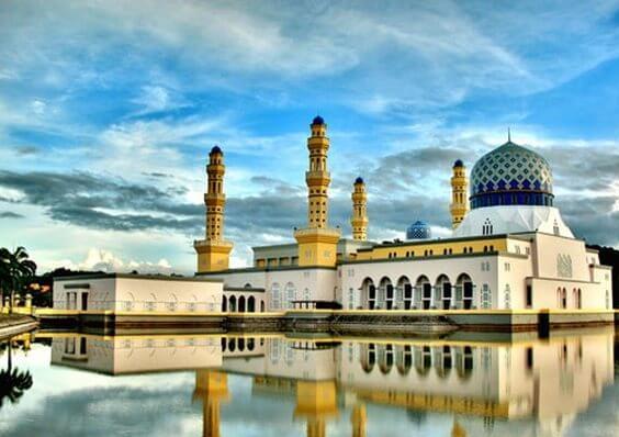 Brunei, tên chính thức là Quốc gia Brunei Darussalam, là một quốc gia có chủ quyền nằm ở bờ biển phía bắc của đảo Borneo tại Đông Nam Á. Ngoại trừ dải bờ biển giáp biển Đông, quốc gia này hoàn toàn bị bang Sarawak của Malaysia bao quanh.