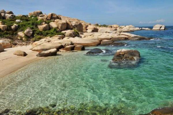 Nước biển trong xanh ở đảo Phú Quý- Bình Thuận