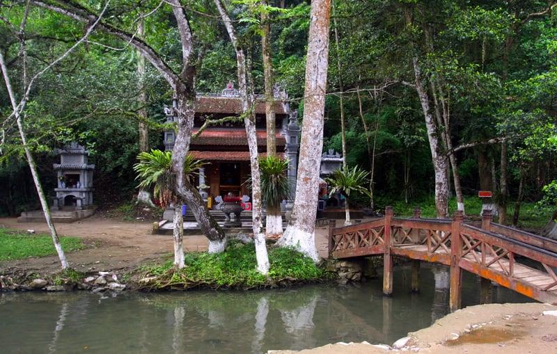 con suối đẹp như tranh vẽ ở Việt Nam