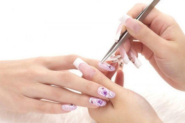 Tỉ mỉ và chăm chút mới có thể tạo nên bộ nail đẹp và hoàn mỹ.
